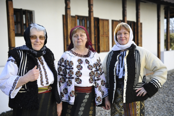 Femei in costum.JPG